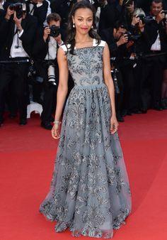 Muy romántica la actriz Zoe Saldana con este vestido brocado en gris con detalle en blanco en los hombros de Valentino Otoño 2013. El único añadido a su look fueron las joyas de David Yurman.