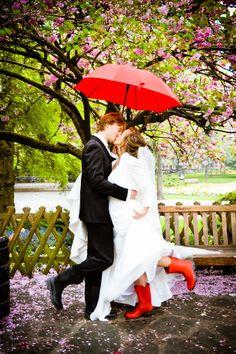 Rote Gummistiefel mit knallrotem Schirm :)