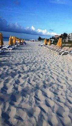 The amazing stretch of Grace Bay Beach in front of Alexandra Resort (Turks & Caicos)