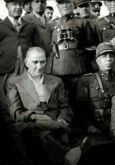 Sıkılma paşam bunlarıda sayende aşarız. Turkish Army, The Turk, Great Leaders, Historical Pictures, Istanbul Turkey, The Republic, Revolutionaries, My Hero, Father
