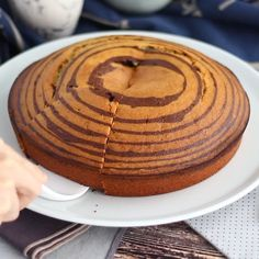 Make your home a savannah with this funny and pretty cake. - Recipe : Zebra cake (steps and video) by PetitChef_Official Fun Baking Recipes, Homemade Cake Recipes, Sweet Recipes, Snack Recipes, Cooking Recipes, Oreo Cake Recipes, Sponge Cake Recipes, Chocolate Cake Recipe Easy, Chocolate Oreo Cake