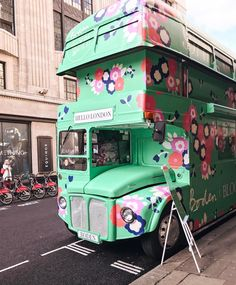 いいね!13.2千件、コメント214件 ― #prettycitylondonさん(@prettycitylondon)のInstagramアカウント: 「#SpringBloomsTour . . How delicious is this petal powered botanical bus which is touring the UK all…」