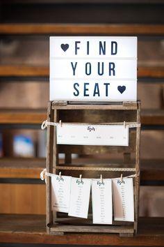 Sitzplan für Hochzeit mit Lightbox - Freie Trauung auf dem Scherauer Hof   Hochzeitsblog The Little Wedding Corner
