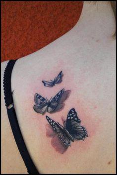Tatouage Papillon Réaliste Épaule par Divinity Tattoo