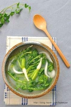 열무맑은물김치~ 열무물김치맛있게담그는법, 물김치담그는법 가만히 있어도 땀이 송송 맺히는데...이가 시... Spicy Recipes, Veggie Recipes, Asian Recipes, Cooking Recipes, Ethnic Recipes, K Food, Food Menu, Korean Dishes, Korean Food