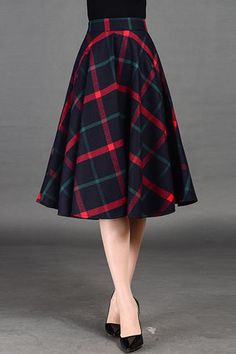 If this Plaid Midi Skirt has pockets, then it's perfect. Modest Outfits, Skirt Outfits, Modest Fashion, Dress Skirt, Fashion Dresses, Pleated Skirt, Mode Tartan, Pretty Outfits, Cool Outfits
