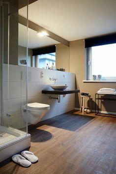 Modernes Und ästhetisches Badezimmer Mit Boden In Holzoptik Und Großem  Spiegel. #badezimmer #bathroom