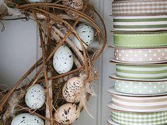 Een mooie krans kan ook met Pasen, gemaakt van takken en eieren. Hang hem op met een bijpassend lint.