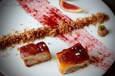 Cochinillo confitado a baja temperatura con piel crujiente, chutney de arándanos, migas de pan e higos frescos. By Fresa & Pimienta