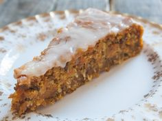 veganer Möhren-Kuchen zum Osterfest. Schnell und einfach zubereitet mit Möhren, Walnüssen und Orangensaft. Ideal zum vorbereiten und mitnehmen.