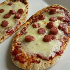 The Slimming Mama: Slimming World Pitta Pizzas - Weight Watchers Love Fibre Pitta HEB, only syns for sausage - low fat mini pepperoni each), frankfurter each) Slimming World Tips, Slimming World Dinners, Slimming World Recipes Syn Free, Slimming Eats, Pitta, Syn Free Food, Cheddar, Slimmimg World, Sw Meals