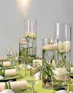 Schlichte Glaszylinder schaffen ein modernes Bild. In Kombination mit eleganten Rosen entsteht ein spannender Stil-Mix.