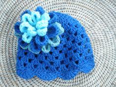YE. Haakpatroon muts met open patroon en grote driedubbele bloem