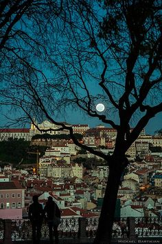 Come moon... rise high over Lisboa... caress her dark nights with your magic... forever... xo