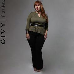Bom Dia Divas!!  Enfim a sexta feira chegou e com ela mais um look super fashion! Blusa verde militar que é o trendalert da estação e essa calça flair que combina com tudo!! Corre pra cá!