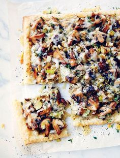 Mushroom Leek Tart Recipe from Leite's Culinaria Vegetarian Recipes, Cooking Recipes, Healthy Recipes, Vegetarian Tart, Avocado Recipes, Crockpot Recipes, Leek Tart, Leek Pie, Savory Tart