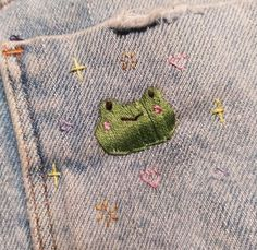 Cute Crafts, Diy And Crafts, Arts And Crafts, Cute Embroidery, Embroidery Patterns, Frog Art, Cute Frogs, Embroidered Clothes, Diy Clothes
