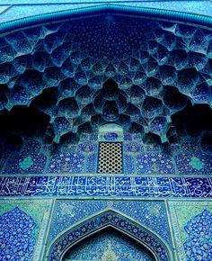 Arco Azul de uma mesquita de Isfahan , Irãn La ciudad Persa de Isfahan es un oasis multicolor repleto de aromas y luces que aparecía ante los ojos del viajero como una maravilla quebrando la monotonía del desierto que la rodea