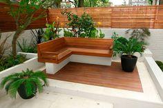 pequeno jardim com bancos para apreciar a paisagem