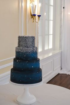25 The Most Amazing Wedding Cakes of 2018 Wedding Cake Base, Navy Blue Wedding Cakes, Amazing Wedding Cakes, Wedding Cake Designs, Wedding Cupcakes, Blue Silver Weddings, White Weddings, Indian Weddings, Gold Wedding