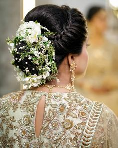 Bridal bun hairstyles for reception at wedding perfect with every kind of dress be it saree or lehenga. They are suitable for short, medium and long hairs. Indian Wedding Hairstyles, Bride Hairstyles, Hairdos, Updos, Short Curly Hair, Curly Hair Styles, Bridal Hair Buns, Hair Decorations, Wedding Updo