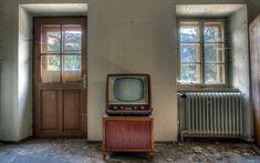 telewizor stary window 1080p zniszczonym pomieszczeniu windows wallpaperflare bed desktop sofa grey kategorie