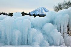 人工の氷柱と富士山 精進湖の近くにありました。 氷の青がとても印象的でした。