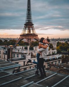 Moments like these, this is Paris. Beautifully photographed by still the most romantic city in the world. always something new to discover, taste and experience Paris Travel, France Travel, Lofoten, Paris France, Paris Couple, Paris Love, Photo Couple, Dubrovnik, Travel Goals