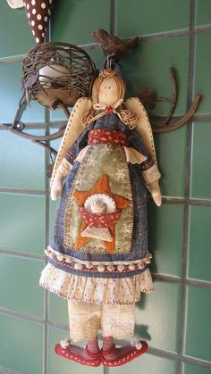 Christmas Angel - by Cris Lind Ateliê. Christmas Love, Christmas Angels, Christmas Crafts, Baby Sewing Projects, Craft Projects, Handmade Angels, Dishcloth Knitting Patterns, Angel Crafts, Fabric Yarn