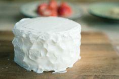 手作りレシピで水切りヨーグルトクリームをデコレーションしたスマッシュケーキ Feta, Wedding Cakes, Sweets, Cheese, Baking, Birthday, Party, Recipes, Child