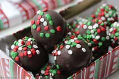 Oreo Truffles Oreo Truffles Balls - simple to make and they make for a perfect candy to gift during the holidays Christmas Truffles, Christmas Candy, Christmas Desserts, Christmas Cookies, Christmas 2017, Christmas Time, Xmas, Oreo Truffles, Oreo Cookies