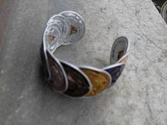 Brazalete nespresso: brazalete realizado con cápsulas recicladas de café nespresso.