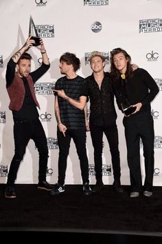 Niall and Harry still posing for the cameras, meanwhile  Liam and Louis are doing.......