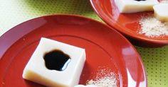 プルンと弾力のある独特の食感を楽しんでくず餅は練り上げるのがけっこう大変だけれど、手作りのおいしさは格別なので、ぜひ新年にチャレンジしてほしい一品。冷蔵庫に入れるとプルンとした仕上がりにならないので、ぜひ常温で冷やし固めて。黒蜜ときな粉でいただくのがお約束。 『ELLE a table』はおしゃれで簡単なレシピが満載!