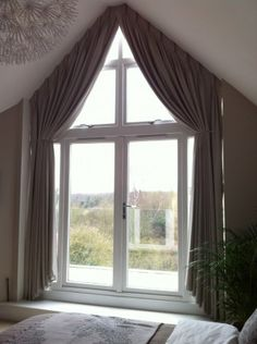 tolle ideen wie sie ihr dreiecksfenster verdunkeln gardinen pinterest window curtains. Black Bedroom Furniture Sets. Home Design Ideas
