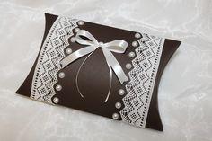 Pillow Box - handgefertigt aus Karton, verziert mit weißer Webspitze, weißen Halbperlen und einer schlichten weißen Schleife. Eine ganz besondere Geschenkverpackung für einen besonderen Menschen....