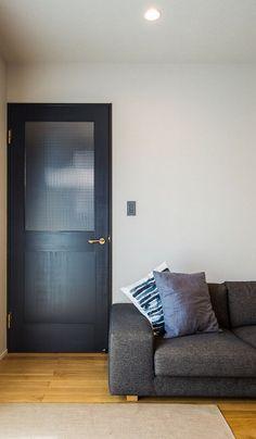 【建具】 無垢材を使用したリビングドア。チャコールグレーのペイントが空間を引き締めます。 Exterior House Colors, House Extensions, Bathroom Design Small, Pent House, Glass Door, Ideal Home, Tall Cabinet Storage, Doors, Living Room