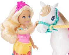 Vyjeď vstříc dobrodružství společně s panenkou Chelsea a jejím bílým poníkem! Oba dva jsou připraveni na jezdeckou zábavu. Na sobě mají pestrobarevné oblečky s motivy ostrova a s květovanými vzory inspirovanými nejnovějším filmem Barbie Sestřičky a psí dobrodružství.
