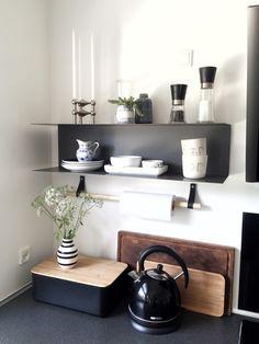 Indlægget er sponsoreret af Ellos  Jubiii, så fik jeg endelig denne lækre lænestol, som jeg har kigget på så længe. I kan måske huske, at jeg allerede i dette indlægsnakkede om, at jeg kun manglede en lækker lænestol til min fine standerlampe. Som I nok kan se, er der skiftet lidt ud .... Bathroom Inspiration, Interior Design Inspiration, Diy Den, Nordic Living, Clever Design, My Dream Home, Cool Kitchens, Living Spaces, Sweet Home