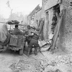 Un blessé est amené en jeep à un 3e Division poste de secours régimentaire près de Caen, le 9 Juillet 1944.
