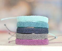 Cet amusement, bracelet coloré est parfait pour l'été. Bracelet est fait de fil de polyester ciré. Il dispose d'un nœud coulant qui permet à l'utilisateur de l'ajuster à la taille parfaite dont ils ont besoin. Le cordon ciré est résistant à l'eau et ne se décolore pas. C'est pour un