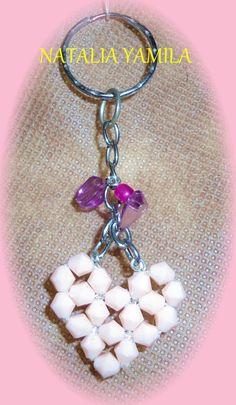Llavero artesanal en cadena con dijes de escalla y cuentas corazón, y corazón enfilado de tupíes .  Handmade beaded heart and stones keychain / key ring
