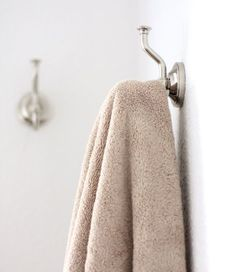 How to remove a mildew smell from towels - One comment surprised me; hanging towels on hooks rather than rods can cause a mildew smell. Freshen Towels, Smelly Towels, Towels Smell, Cleaning Recipes, Cleaning Hacks, Clean Washing Machine, Housekeeping Tips, Laundry Hacks, Green Cleaning