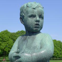 oslo | norge | frognerparken | vigelandsanlegget | liten stående gutt