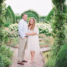 ENGAGEMENT | Oh, how I'm ready for spring! Today's #engagement session is definitely getting me in the mood. Visit the blog to see more of this #Tennessee garden session. [Link in bio] #prettypearbride #engaged #bridetobe Photography: @juliepaisleyphotography | Venue: @@CARNTONWEDDINGS | Dresses: @AsosCurve Engagement Photo Outfits, Engagement Photo Inspiration, Engagement Couple, Engagement Pictures, Engagement Session, Engagements, Indian Wedding Photography Poses, Couple Photography, Human Photography