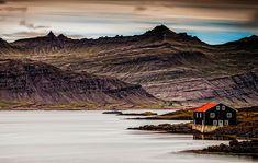 Casa del Lago, Islandia. Cerca de un lago, está esta casita negra con rojo, otra vez Islandia haciendo de las suyas.