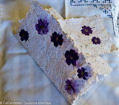 4 Invitaciones olorosas, papel artesanal de papel reciclado y material vegetal, acabadas con flores secas prensadas 31 x 18 cmm