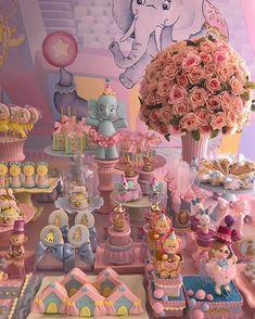 Um arraso de festa com o tema Circo Rosa! Credito: @amaisfestas_ #Festainfantil #FestaCircoRosa #FestaCirco #CircoRosa #Circo #Rosa #FestaMenina Dumbo Birthday Party, Carnival Birthday Parties, Circus Birthday, Dumbo Baby Shower, Baby Shower Princess, Carnival Baby Showers, Baby Shower Parties, Baby Boy Decorations, Candy Bar Party