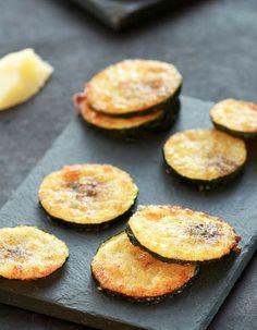 Chips de courgettes au parmesan. Elaborer des recettes végétariennes (végan) à partir des produits du potager, légumes et les fruits, souvent qualifiées de recettes minceur.