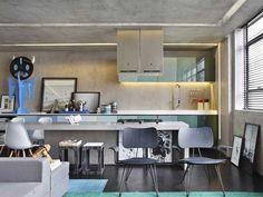 Uma base cinza neutra, armários com pintura degradê em tons pastel, paredes que imitam concreto. Guilherme Torres